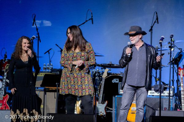 susan-michelson-victoria-woody-howard-hertz-onstage-2017-concert01BCB742-CA27-3AC0-FA3A-44D1C1567C24.jpg